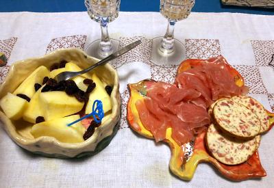 DSC_1285_1231夜-チリのスパークリングワインと生ハム、チーズ、リンゴ_400.jpg